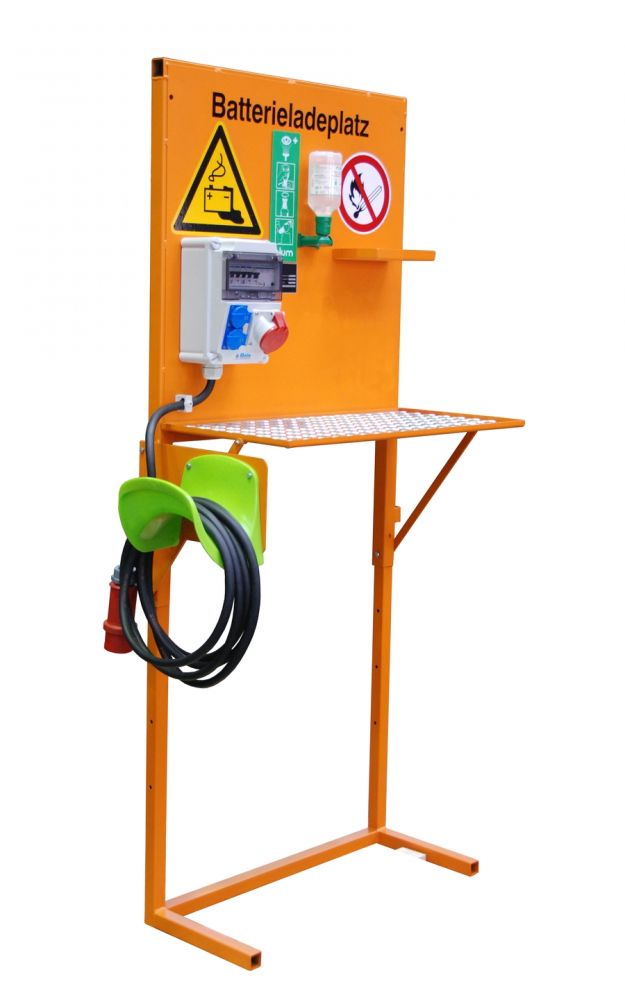 Töltőállomás elektromos targonca számára, állítható magasságú polccal, opcós hálózati csatlakozóval poroltóval és szemmosó tartóval