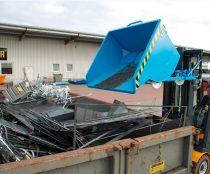 Targonca villára húzható dönthető fémreszelék tartály, 1 - 1,25 tonna teherbírással