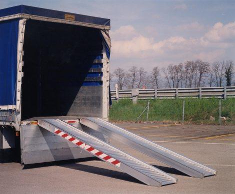 Mobil, hordozható teherautó rámpa, 360 cm hosszú, 8500 kg/pár teherbírással, peremmel